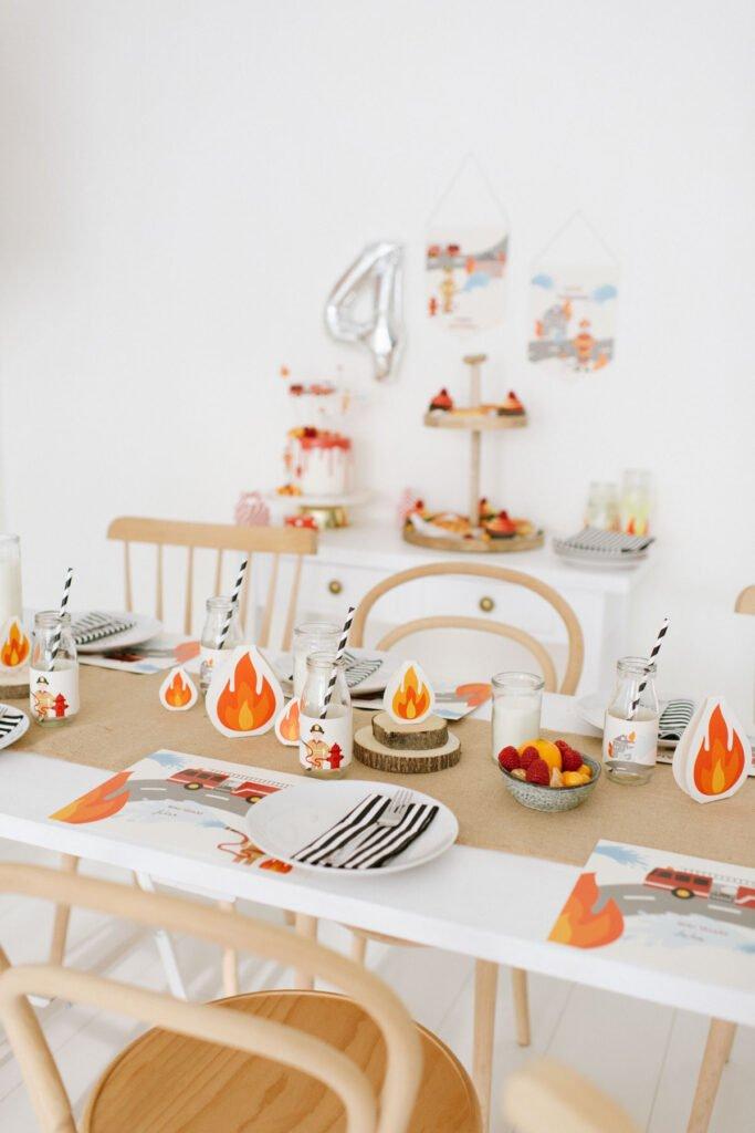 Tischdekoration mit kleinen Flammen aus Papier zum Feuerwehr Kindergeburtstag
