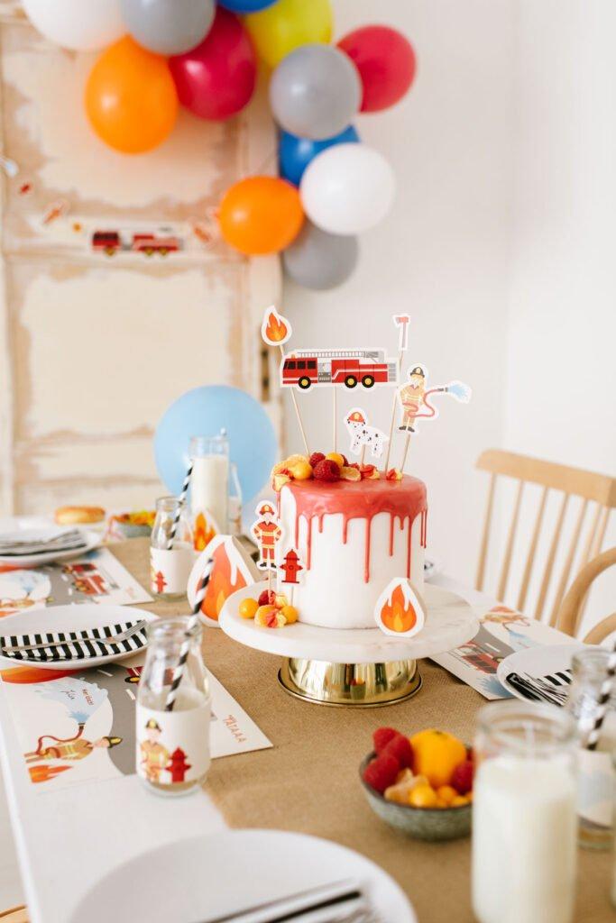 Geburtstagstorte mit rotem Fondant und Cake Toppern mit Feuerwehrmotiven