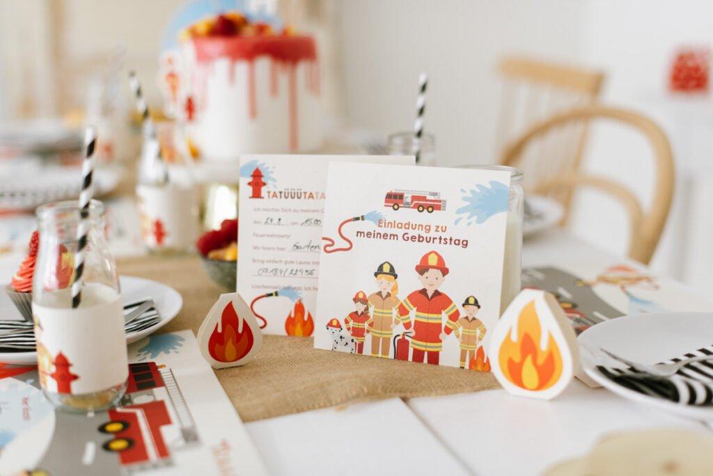 Liebevollel Einladungskarten für den Feuerwehr Geburtstag - Unsere Feuerwehrparty Box mit Einladungen, Deko, Torte, Spiel- und Bastelideen.