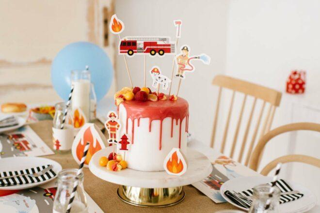 Feuerwehrtorte für den Kindergeburtstag: Einfache Torte, Donuts und Cup Cakes mit Cake Toppern zur Feuerwehr Torte verwandeln. Gelingt sicher!