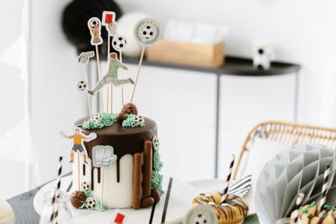 Fußballtorte für den Kindergeburtstag - einfache Torte, Donuts und Cup Cakes mit Cake Toppern zur Fußballtorte verwandeln - gelingt jedem!