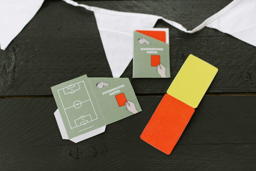 Kindergeburtstag feiern als Fußballparty - Unsere Fußball Geburtstagsparty Box mit Einladungen, Deko-Elementen, Spiel- und Bastelideen.