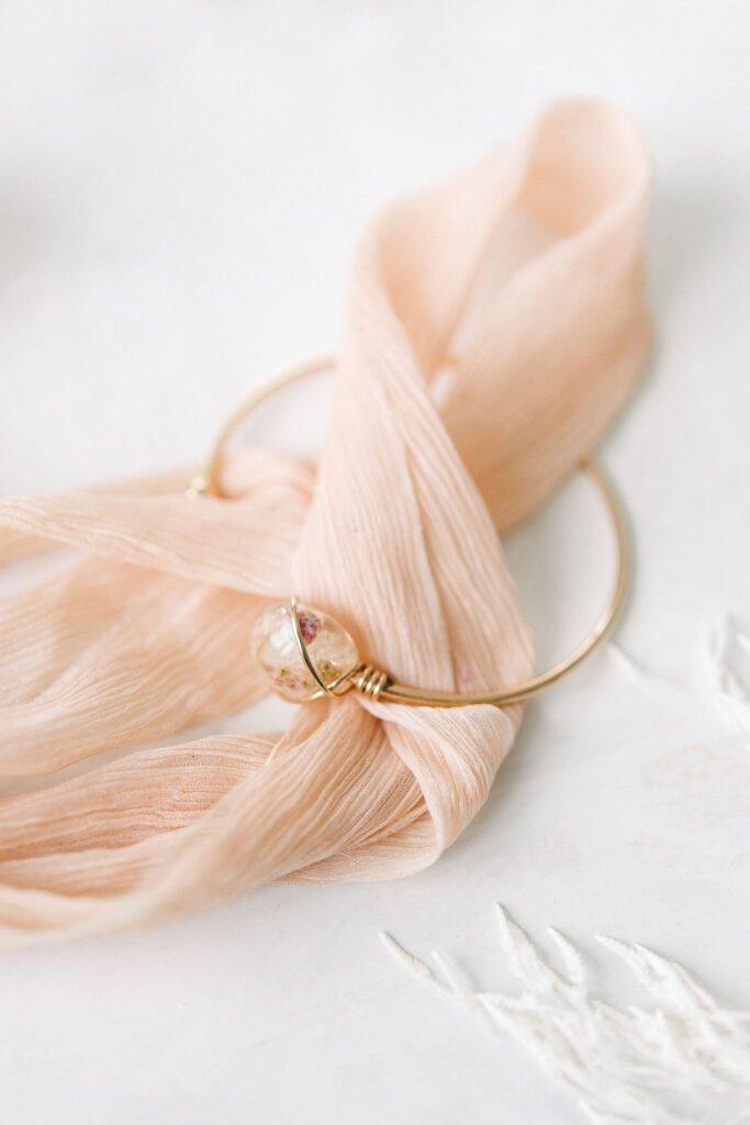 Persönlicher Schmuck aus Brautstrauß - individuell und von Hand angefertigt - eine wunderschöne Erinnerung an euren Hochzeittag von Keep your flowers