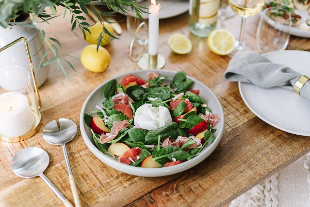 Spinatsalat mit Mozarella auf einem Holztisch