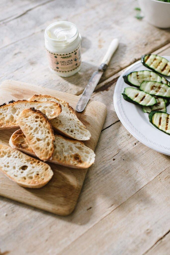 Zutaten für italienisches Bruschetta mit gegrillter Zucchini
