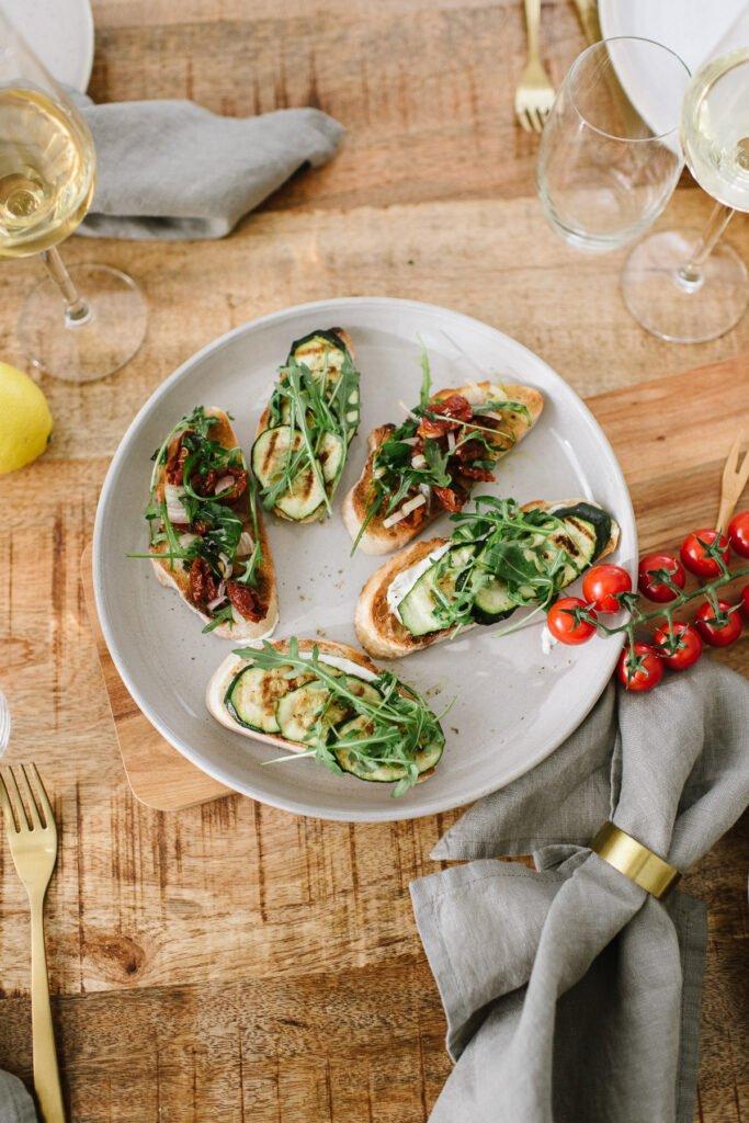 Teller auf dem Holztisch mit 5 Bruschette