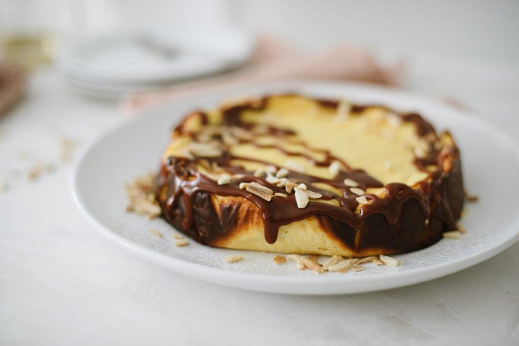 Einfacher Käsekuchen, ideal für Anfänger. Kleines Extra: Topping mit Karamellsauce und Mandelsplitter. Perfekt für den Sonntag, schnell gebacken.