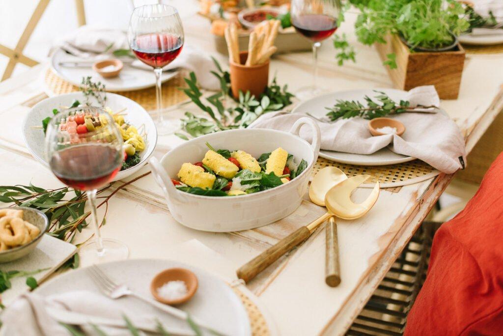 Mediterraner Abend mit Freunden, Fingerfood und einem Glas Wein. Leckere schnelle Rezepte und Deko- Ideen für's italiensche Dinner.