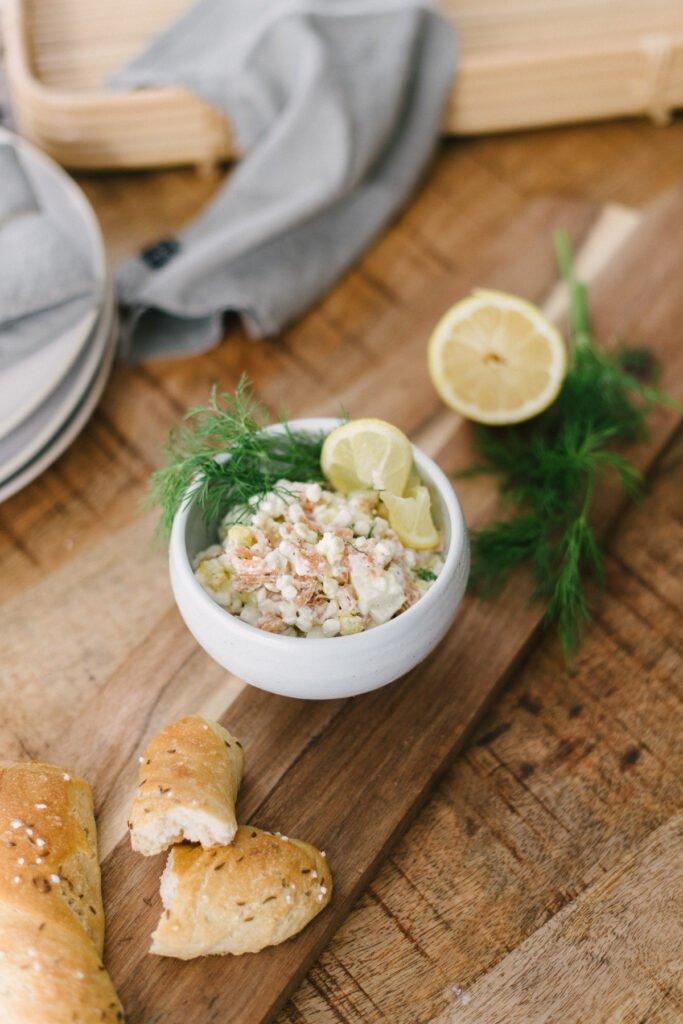 Schälchen mit Lachs-Ei Brotaufstrich für den Brunch