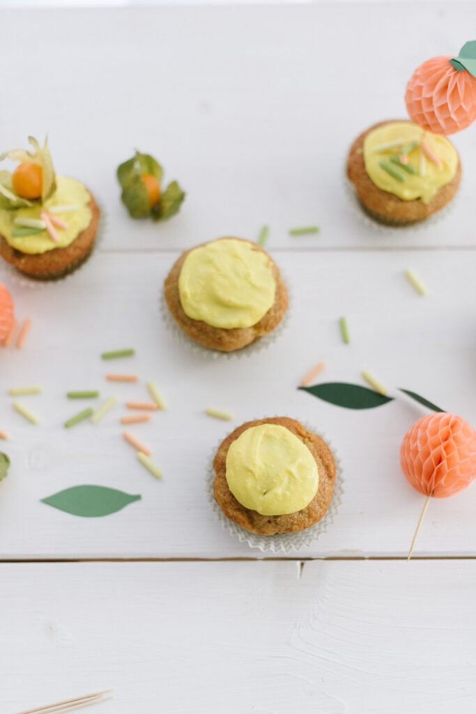 Pfirsichmuffins mit gebastelten Pfirsich-Toppern - einfaches Sommerliches Rezept für Einschulungsfeier, Gartenparty und Kindergeburtstag