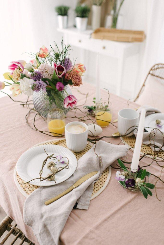 Tischdekoration mit rosa Tischdecke an Ostern