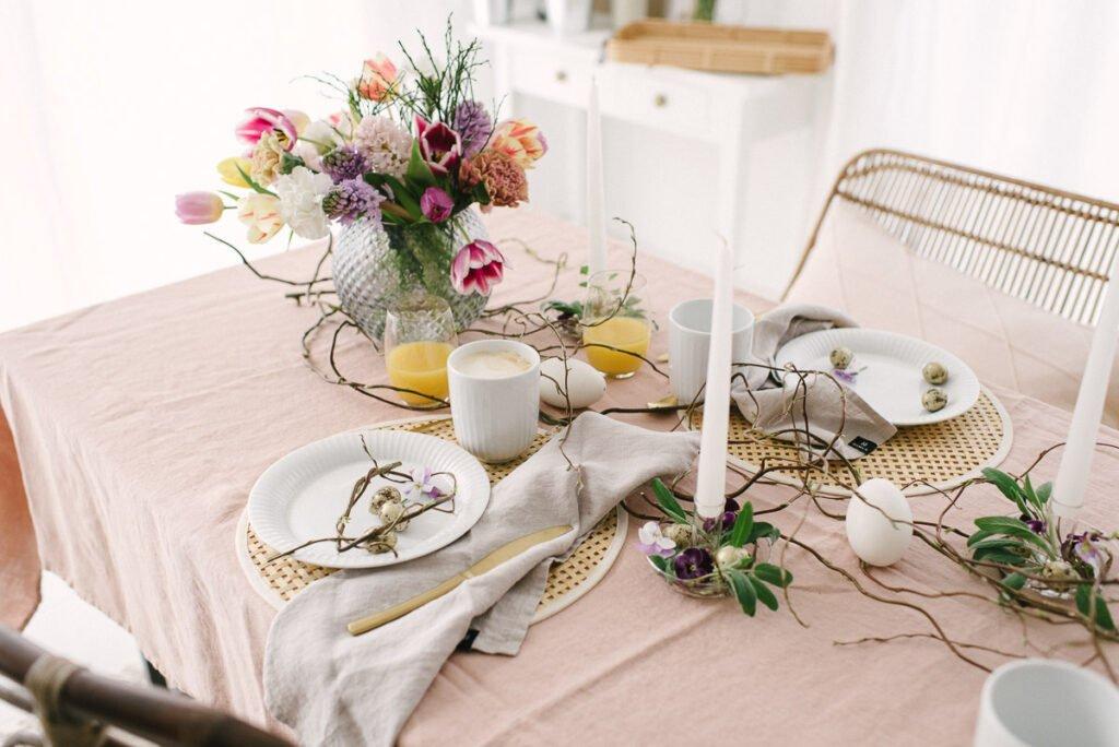 Rosé Tischdeko für Ostern. Frühlings- Deko für euren Osterbrunch mit der Familie. Dekoriert euer Osterfest: Tischdecke, Leinenservietten, ...