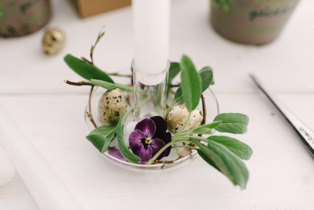 Einfache DIY Idee für Ostern: Frühlingshafter Kerzenständer selber schmücken für eure Deko für den Osterbrunch