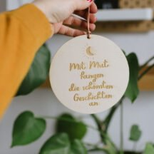 Holzschild zum Aufhängen: Mit Mu fangen die schönsten Geschichten an.