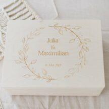 Erinnerungskiste aus Holz mit Namen des Brautpaares