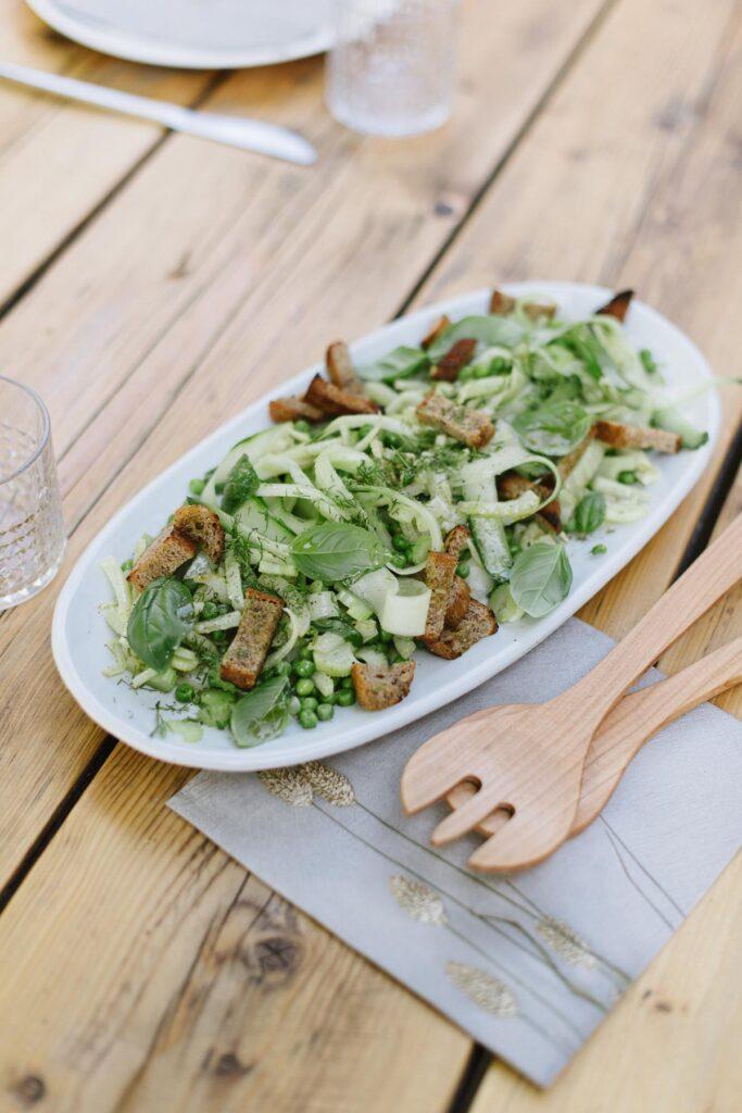 Erfrischender Brotsalat mit grünem Gemüse