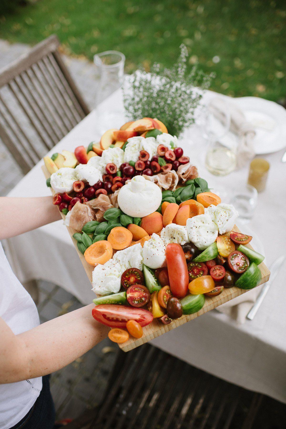 Antipasti Platte mit Tomaten, Schinken & Mozarella