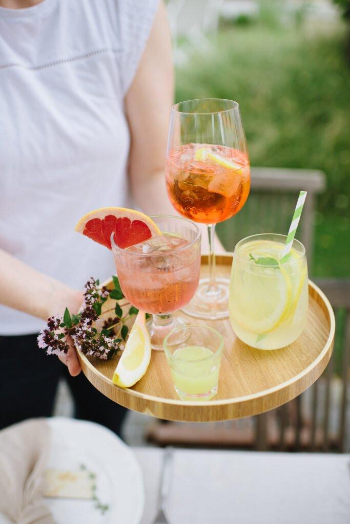 Tablett mit verschiedenen Getränken, das draußen serviert wird.
