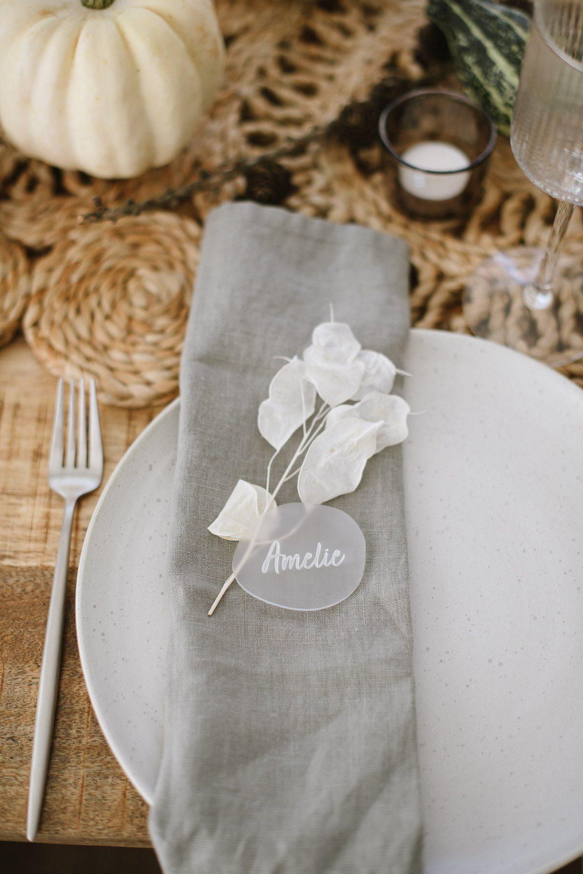 Leinenserviette mit Trockenblumen und Acryl Namenssschild