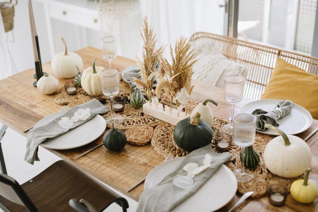 Herbstlich gedeckter Tisch mit Kürbissen
