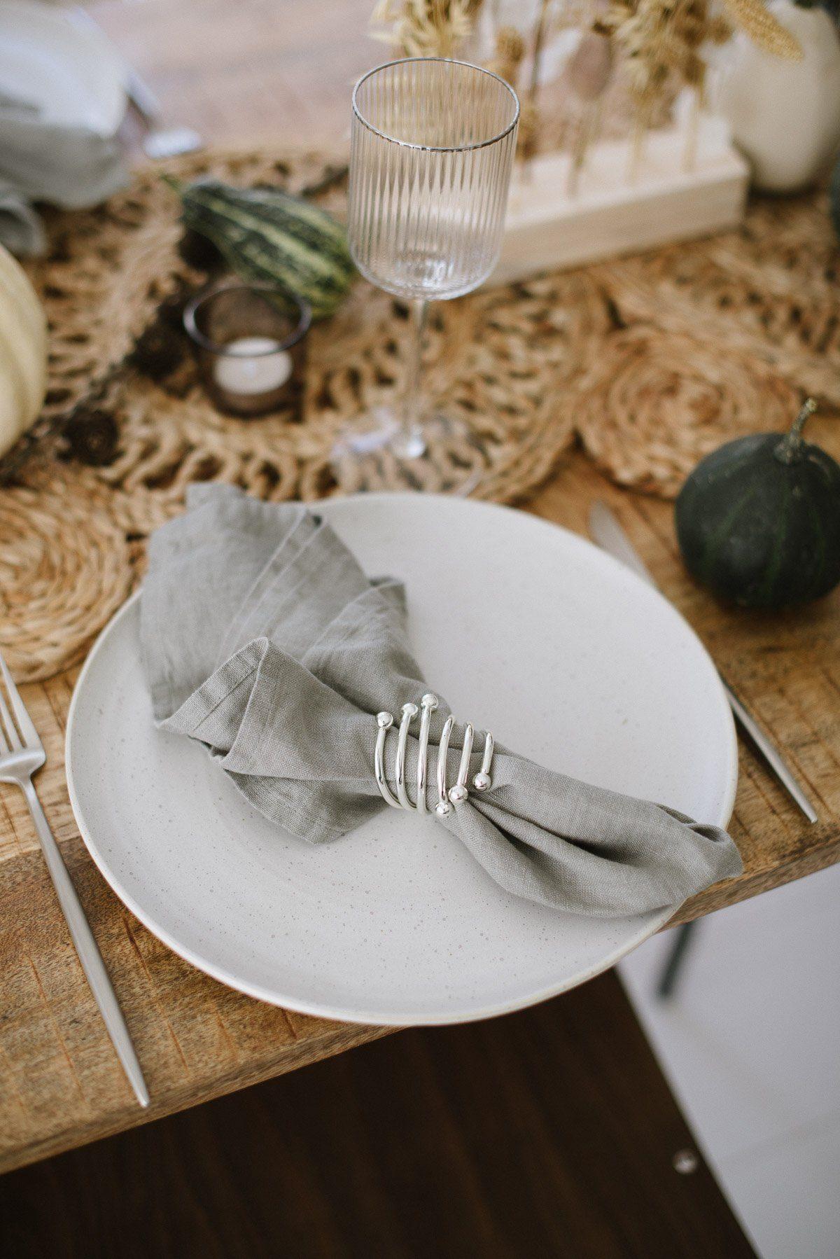 Teller auf Tisch mit Leinenserviette