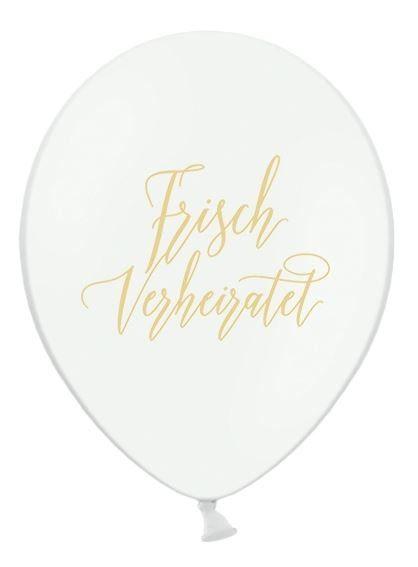 Weiße Luftballons bedruckt mit dem Schriftzug 'frisch verheiratet' in gold