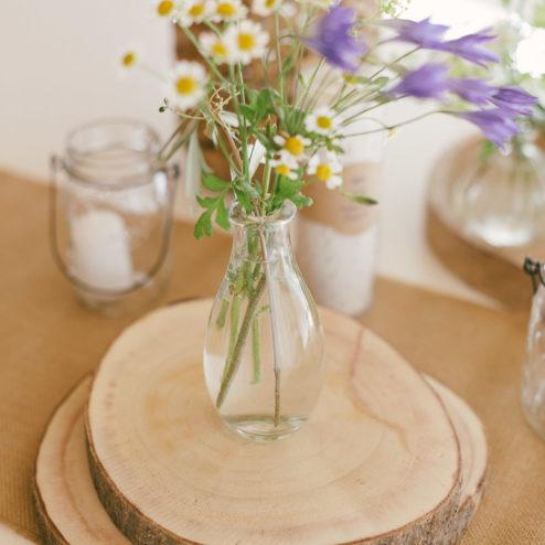 Holzscheiben für die Tischdekoration einer Scheunenhochzeit