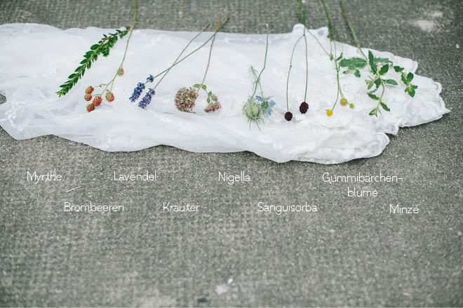 Blumen für Brautstrauß mit Kräutern im Sommer