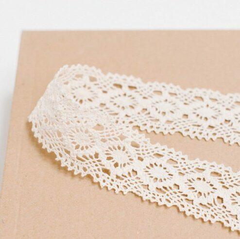 Gehäkeltes Spitzenband für Brautstrauß und Papeterie