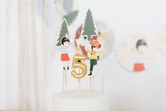Kerze Zahl 5 auf Torte