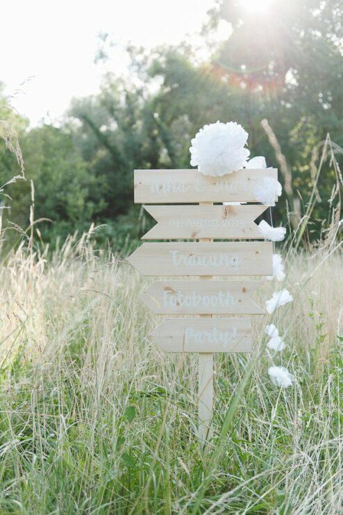Holzschilder für die Hochzeit als Wegweißer