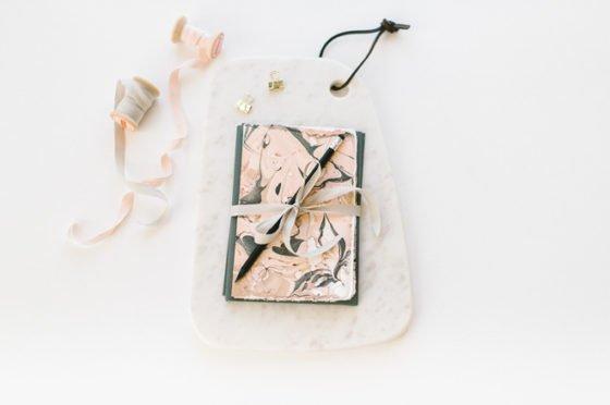 DIY Geschenk: marmorierte Briefkarten