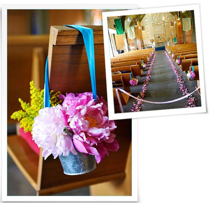 Dekoration der kirche blumen in zinkt pfchen for Dekoration hochzeit kirche