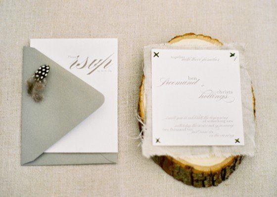 Zauberhafte Hochzeitsdeko Mit Moos, Holz Und Federn, Kreative Einladungen