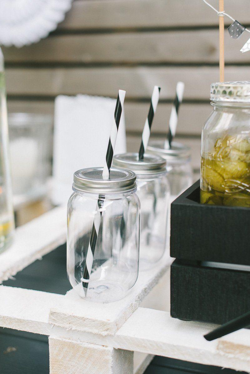 Trinkbecher mit Deckel und Strohhalm