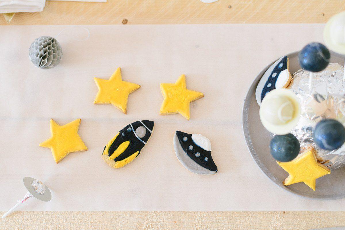 Astronauten und Weltraum Kindergeburtstag feiern mit unserer Geburtstagsparty Box. Inklusive Einladung, Deko- und Spieleideen für euren Weltall Geburtstag