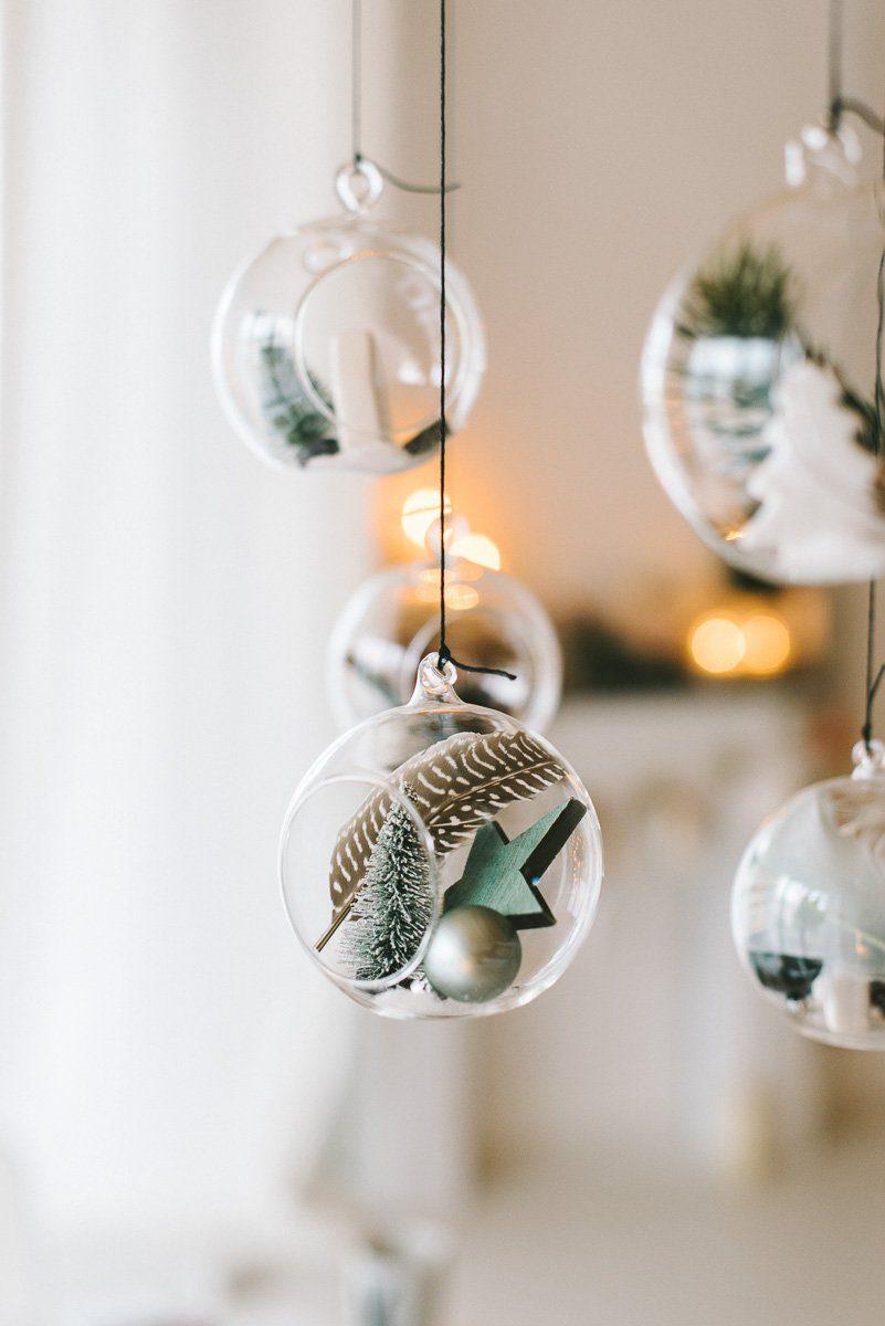 Weihnachtlich gefüllte Glaskugeln