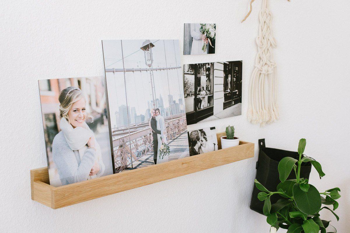 Hochzeitsfotos an der Wand arrangieren