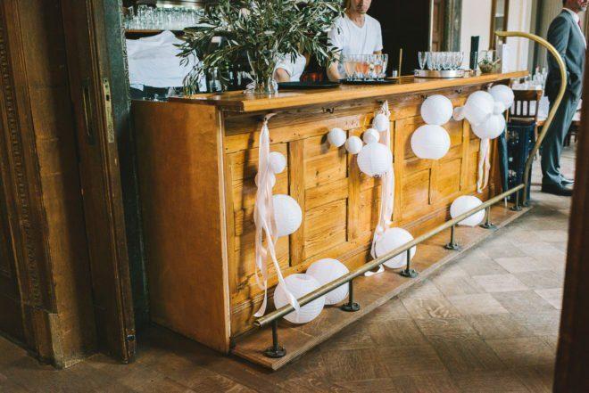 Die Bar war mit weißen Lampions dekoriert