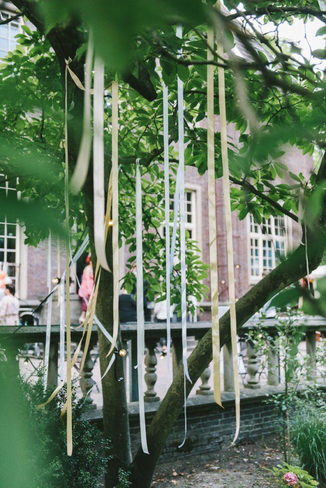 Viele Seidenbänder schmückten die Bäume der Hochzeitslocation