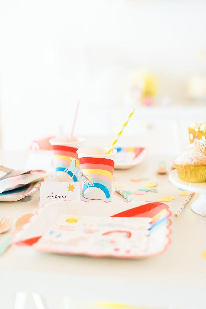Pappteller, Servietten und Becher für einen Kindergeburtstag mit Einhörnern