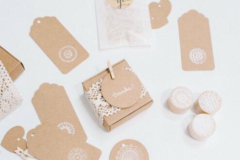 Quadratische Schachtel aus braunem Kraftpapier für die Gastgeschenke einer Hochzeit