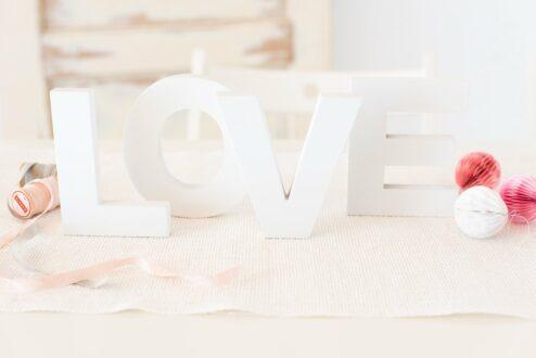 weiße Holzbuchstaben als Dekoration bei der Hochzeit, z.B. auf dem Geschenketisch