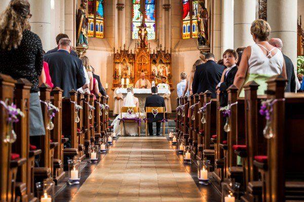 Kirchendekoration lila Hochzeit