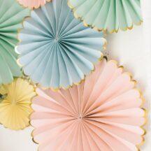 Pastellfarbene Faltrosetten - Perfekt für die Hochzeit!