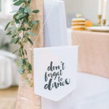 Dekoration für die Hochzeit: Wimpel mit Aufschrift 'Don't forget to dance