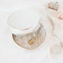 Die Ringdose auch nach der Hochzeit für den Lieblingsschmuck nutzen? Clever! Viele schöne Ringkissen Alternativen gibts im Frl. K Shop!