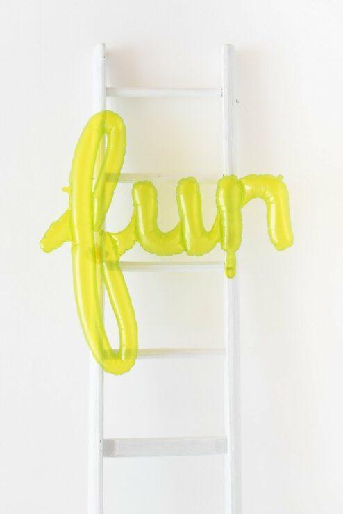 Grüner Ballon mit Schriftzug Fun