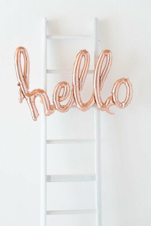 Schriftzug Luftballons Wort Hello Rosegold