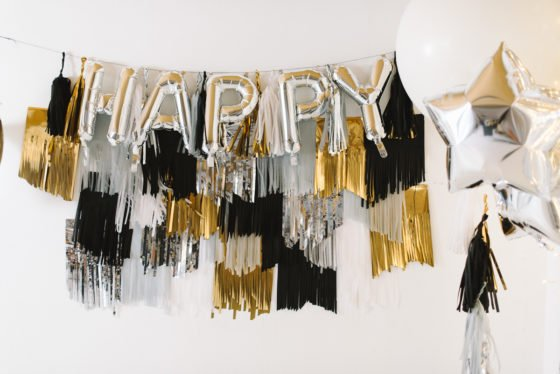 DIY: Photo Booth Hintergrund aus Tassel Girlanden